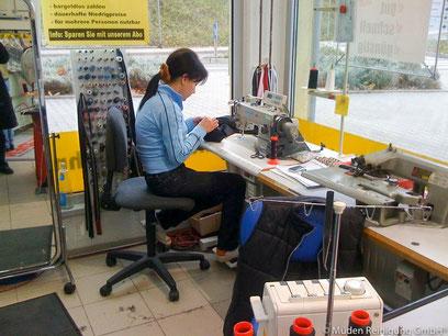 versandreinigung-mueden.de, Änderungsschneiderei, Bild von Näherin in unserer Reinigungsfiliale Saarbasar in Saarbrücken