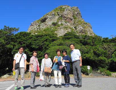 伊江島のシンボル 城山(タッチュウ、ぐすくやま)の前で記念写真