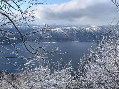 風不死岳山頂より望む1月の支笏湖。例年よりはるかに雪が少なかった。