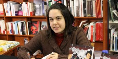 photo de l'auteur Marie Fananas en train de dédicacer un livre dans une librairie