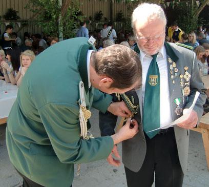 Klaus von der Fecht wird auf dem Schützenfest 2014 mit der Verbandsauszeichnung in Silber geehrt.
