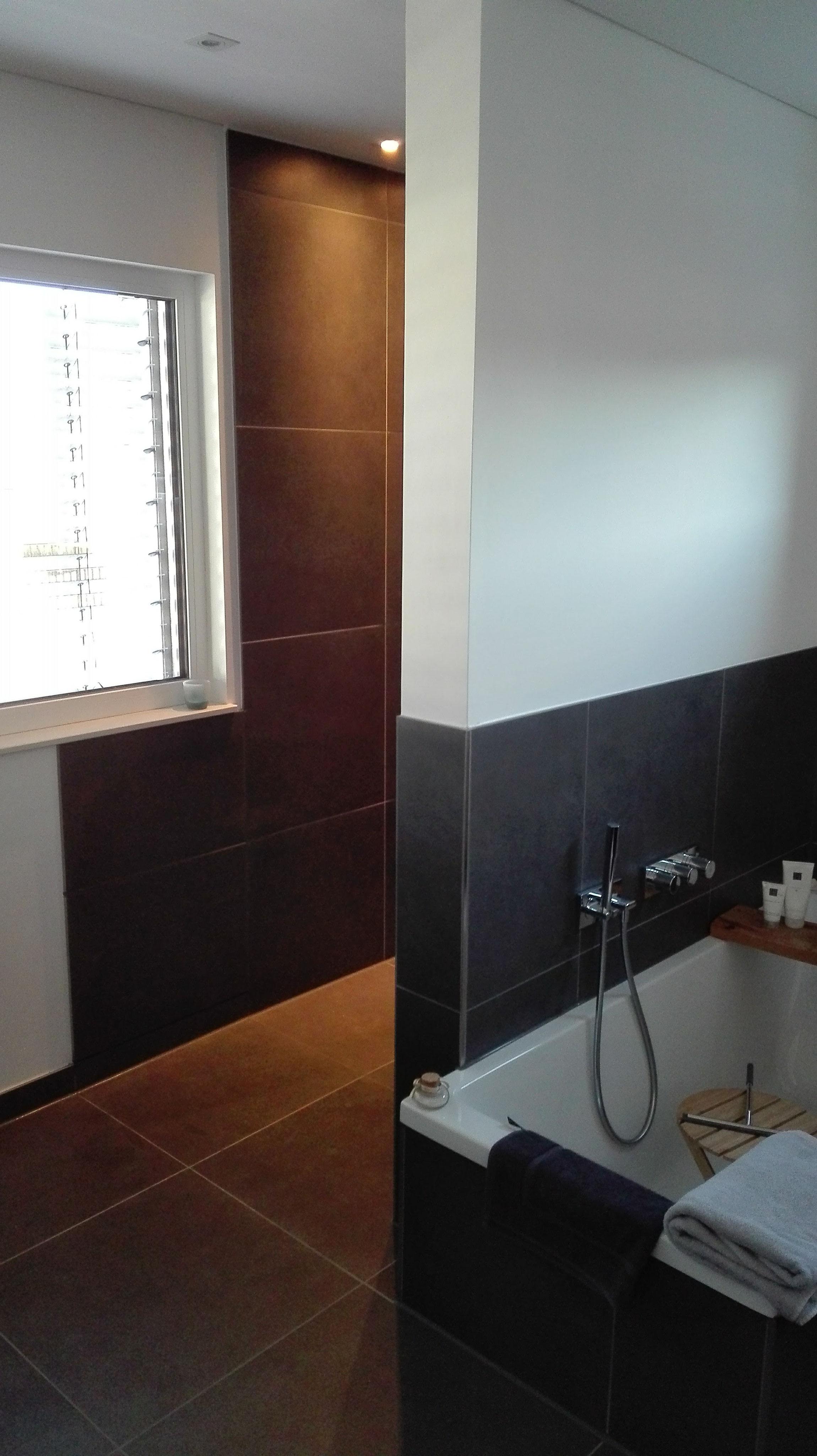 Badezimmer Mit 60x60 Cm Fliesen An Boden Und Wand Veredelt Mit