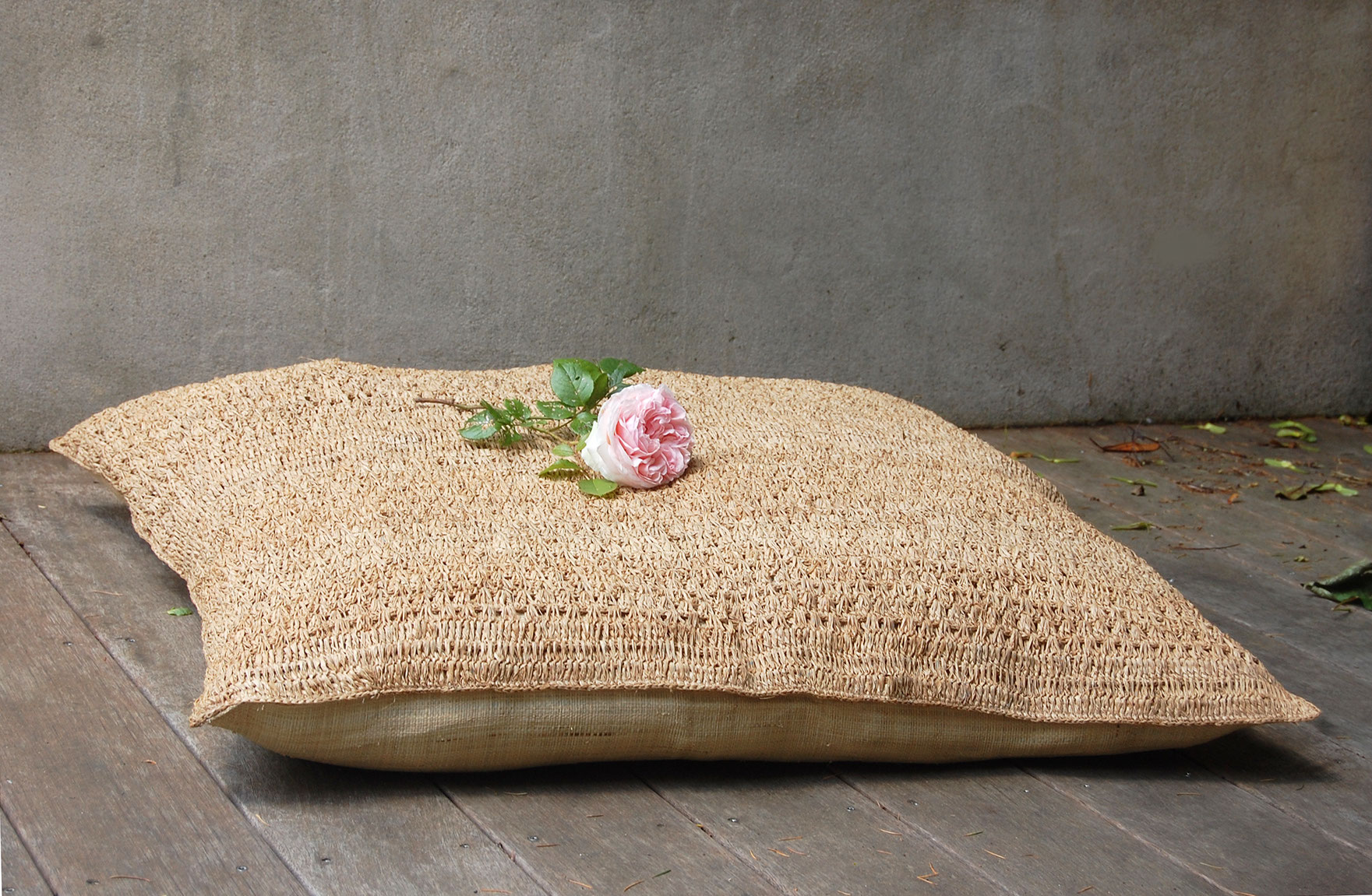 coussin de sol raphia ladivinejardine. Black Bedroom Furniture Sets. Home Design Ideas