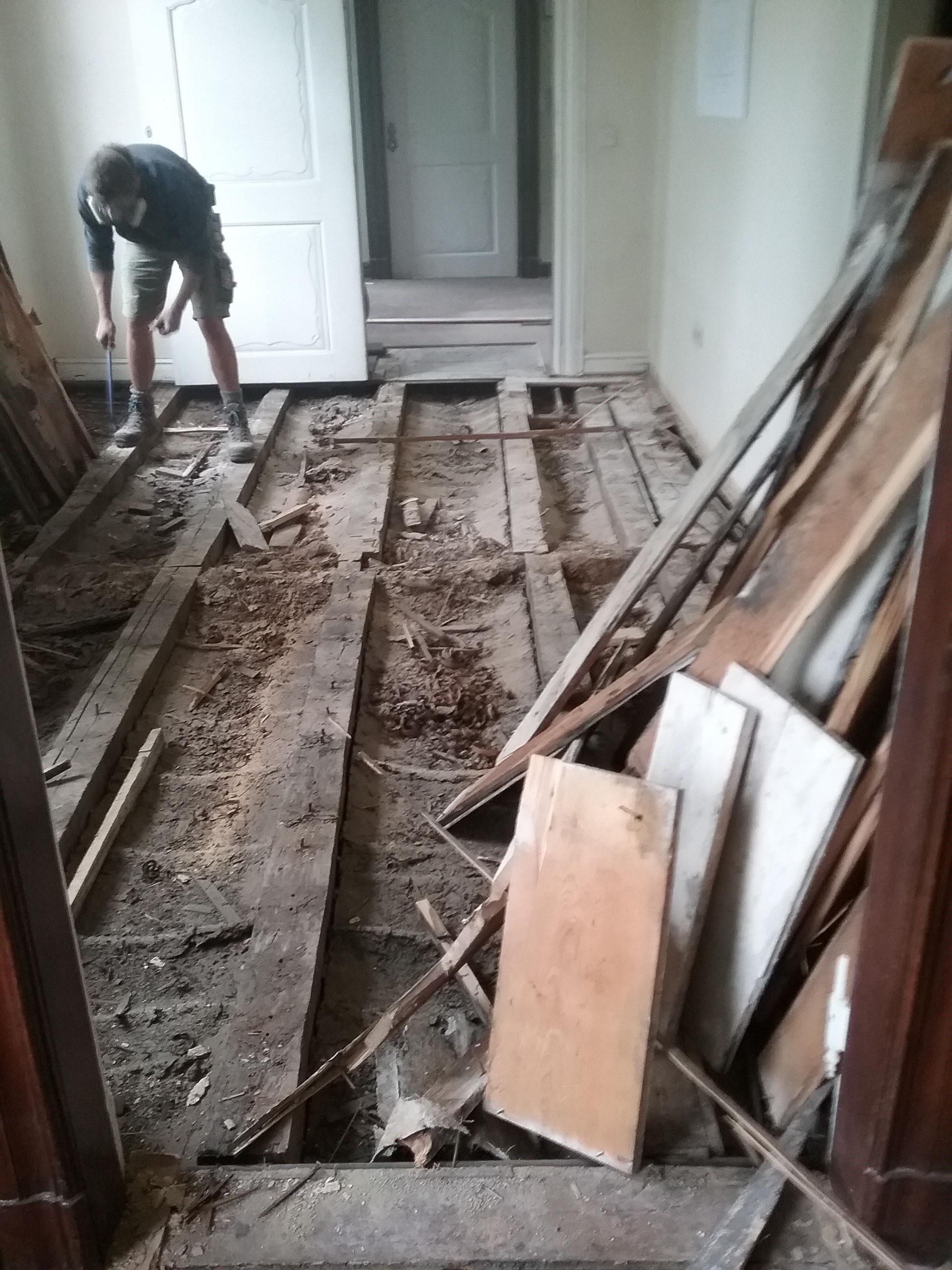 Schäden durch Feuchtigkeit und Käferfraß Museum Haus Cleff