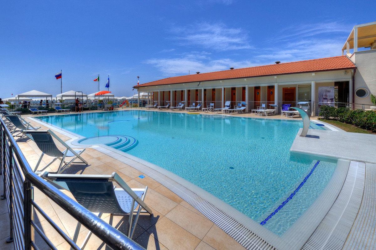 La piscina di acqua salata bagno brunella e ada beach stabilimento balneare a lido di - Bagno danila lido di camaiore ...