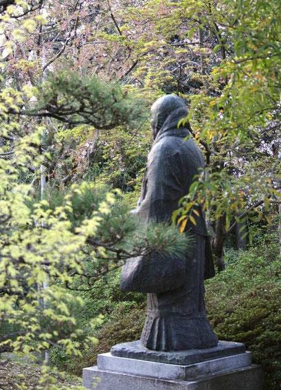 statue du moine Shinran dans le parc du Ōtani Honbyō