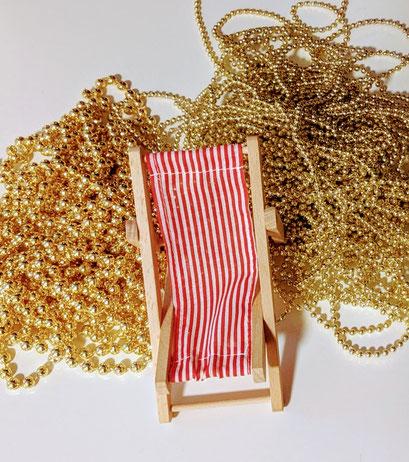 Liegestuhl und Goldperlenketten
