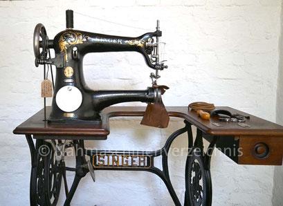 Singer Kl. 18, Geradstich-Freiarm-Gewerbenähmaschine, linksständig, Serien-Nr.: H513833, gebaut am 2. Juli 1906, Hersteller: Singer Manufacturing Company, Montreal, Kanada (Bilder: Nähmaschinenverzeichnis)