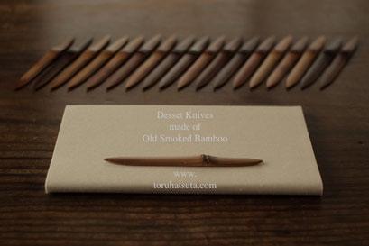 茶席用の煤竹菓子切りと懐紙のバランス
