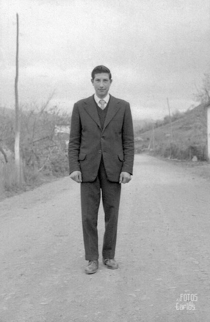 Hombre joven en medio de la carretera Quiroga La Ribera 11/12 1958 foto de Carlos Diaz Gallego asftosdocarlos.com