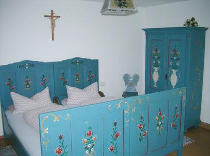 Separates Schlafzimmer mit Waschbecken und Fernseher