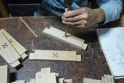 椅子の脚の幕板に木象嵌