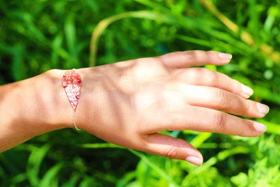 bijoux cuir, sarayana, création bijoux, bijoux fait main, bracelet cuir, bracelet plume, plume de cuir, bracelet rouge et doré
