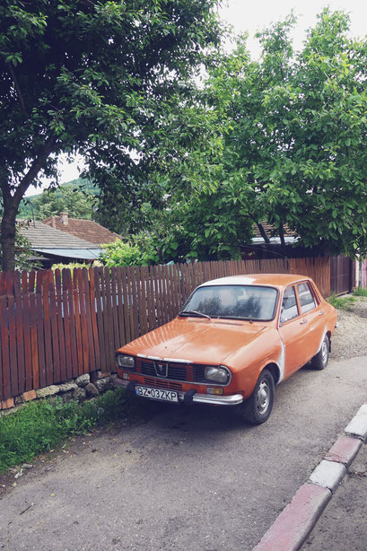 voiture dacia bigousteppes orange roumanie route vintage
