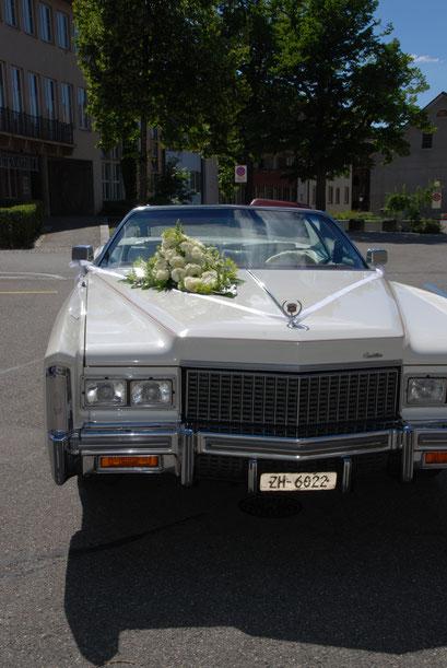 Oldtimer für Hochzeitsfahrt mit Blumenschmuck