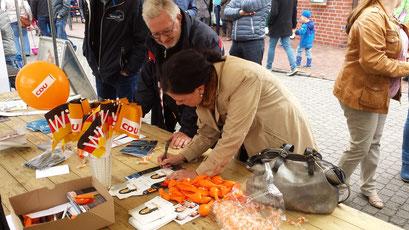 """""""Autogramm-Stunde"""" mit Gitta Connemann / Fotos: CDU Twist (T. Wadehn)"""