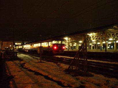 今日の直江津駅。夕刻、お客さんを乗せて富山に出発