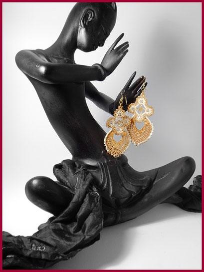 Ethnische Ohrringe mit Halbmond und Perlenverzierung