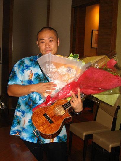 1部のソロステージ後、持ち切れないくらいの花束を頂きました☆実は横の机にこの2倍はまだあります!写真ではちょっとしか持てず、、、本当に本当にありがとうございます♪