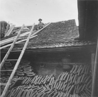 Der Knabe Albert Fricker, Lehrers, (* 1928), sitzt auf dem Hausdach. Dies entspräche nicht ganz heutigen Sicherheitsnormen!