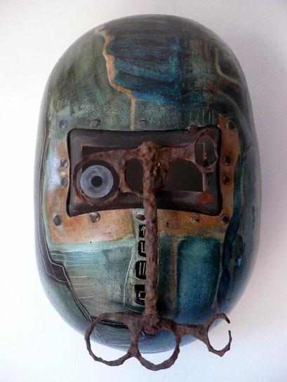 """""""Warrior""""Huile, bitume, métal sur masque de soudeur."""