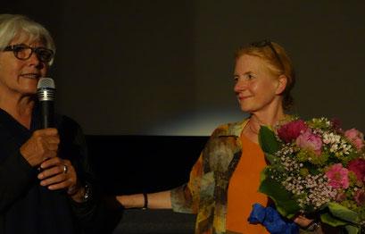Vereinsmitglied Karin Russ gratuliert zur Premiere. Foto: Wiebke Delfs