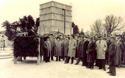 Feierlicher Festakt vor dem Kühlturm (auf dem Rednerpult: Prof. Bagge)