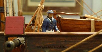 Modellseemann auf einem Museumsschiff