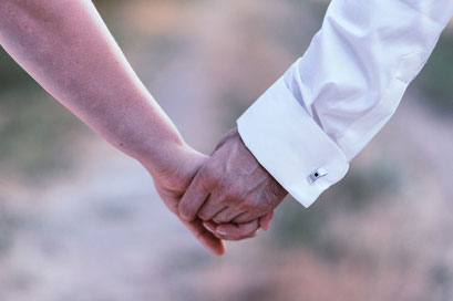 Brautpaar Hand in Hand beim Brautpaarshooting