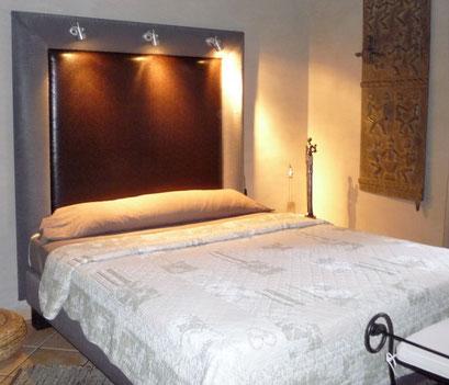 Création d'une tête de lit recouverte de deux Similis cuir argent et marron et éclairé de 3 spots