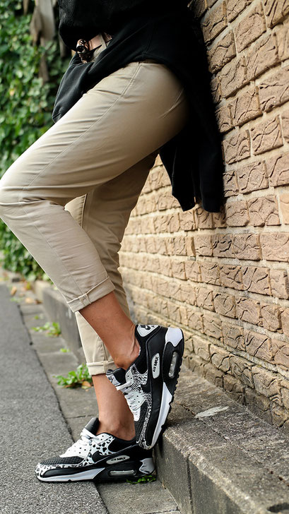 Ein unkonventionelles Casual Outfit mit meinen liebsten Schuhen: Den Nike Air Max 90 in aktuell Schwarz-Weiß | Modell: PREM LTR GS | Mit Brokat Top & G-Star Chino Hose | hot-port.de | Style & Fashion Blog für Frauen um die 30