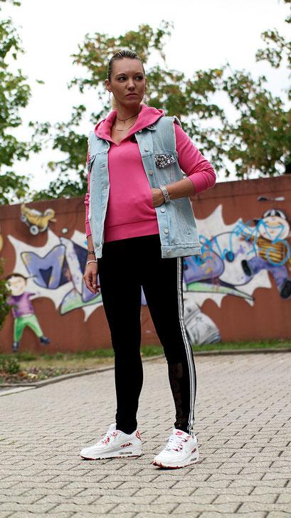 Sporty Girl: Wenn Bloggerin Franny Fine sich körperlich betätigt, wird selbst dieser Akt ein Stück weit glamourös. Oder als was könnte man die Jeansweste mit Glitzersteinen von French Connection sonst bezeichnen? | #Outfit: Coole Hipster Leggings von Bench gepaart mit pinkem Hoodie, Air Max 90 & der stylishen #Jeansweste von French Connection | Hot Port Life & Style | www.hot-port.de | Mode & Lifestyle Blog für Frauen um die 30
