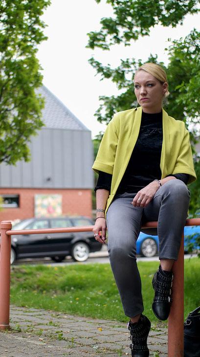Aprilwetter Look Outfit | graue Jeans, Samtshirt & gelber Blazer | Rebecca Minkoff Maddox | hot-port.de | 30+ Style Blog