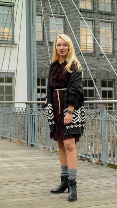 Liebt Ihr Romantik mit einem Hauch Verwegenheit?! Dann geht es Euch wie mir! Schon immer habe ich den Bohemian Stil geliebt, weswegen ich in diesem Herbst beschlossen habe, das Ganze mit einem stylishen Rüschenkleid von H&M, einem Norweger Cardigan & gerafften Socken in Boots feminin in die Tat umzusetzen | hot-port.de | 30+ Style Blog