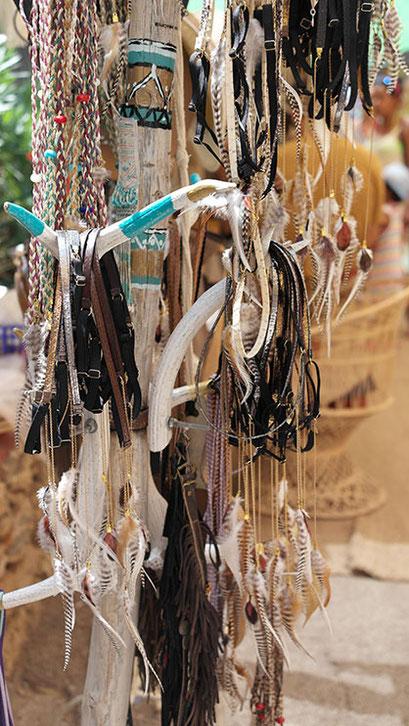 Coole Fashion Spots | Der Hippie Markt in Es Canyar | Riesige Auswahl an Lederhaarbändern mit Federn