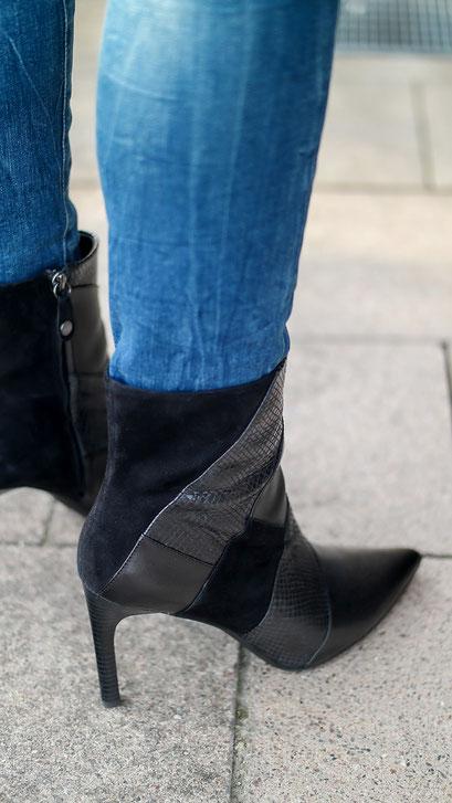 Frühlingsoutfit mit Carmenbluse & Ankle Boots zur Röhrenjeans im Used Look | www.hot-port.de | Hot Port Life & Style Blog