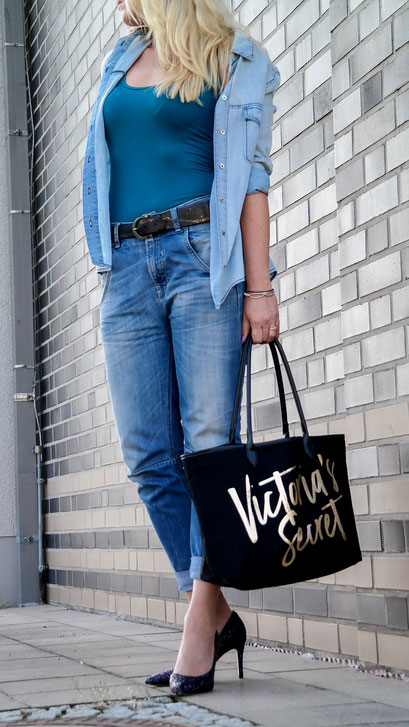 Outfit American Girl | Boyfriend Jeans, Denim Shirt, Tank Top & Glitter Pumps von Guess X Victorias Secret Shopper | hot-port.de | 30+ Style Blog