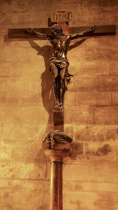 Notre Dame von innen | Jesus am Kreuz Inri
