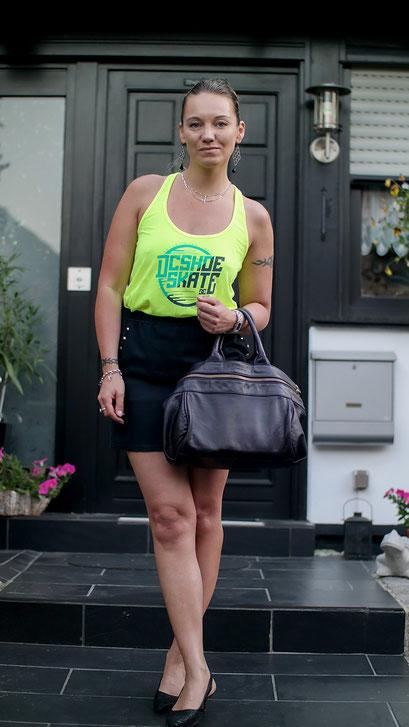 Sommer Look mit Minirock von River Island und Neon Tank Top von DC Shoes | hot-port.de | 30+ Modeblog