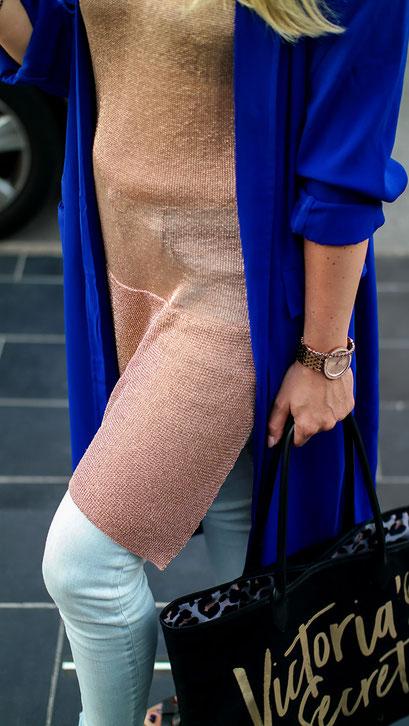 Reise Outfits 2018 - Minkpink Golden Metallic Knit Tunic & Kobaltblauer Duster Mantel | hot-port.de | Lifestyle Blog