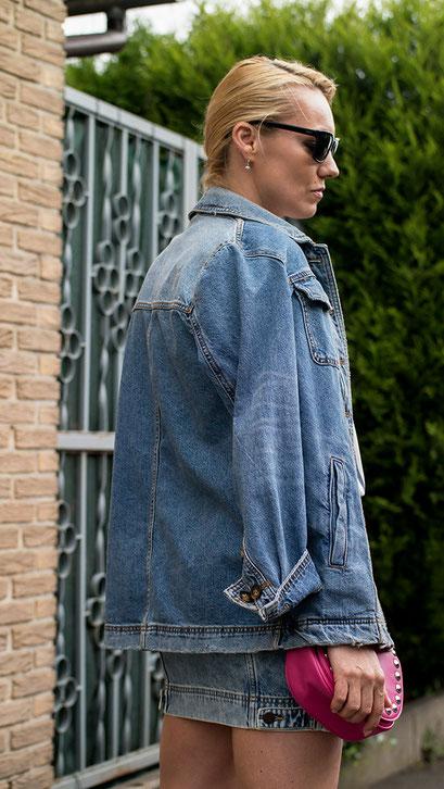 Denim on Denim ist definitiv der heißeste Shit für den Sommer! Keine andere Kombination sieht lässiger & cooler zugleich aus, wie Jacke & Rock aus derbem Jeansstoff. Als Eyecatcher eine freshe Moschino Umhängetasche dazu und perfekt ist das Sommeroutfit 2019 | Hot Port Life & Style | 30+ Style & Fashion Blog