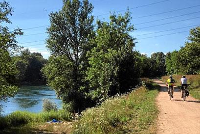 Radfahren am Rheinweg in Südbaden