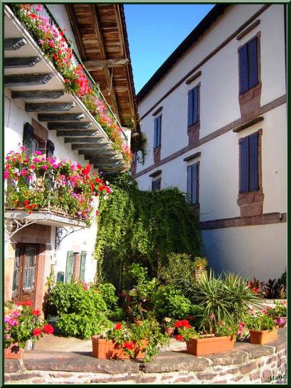 Maison fleurie au village de Zugarramurdi, Pays Basque espagnol