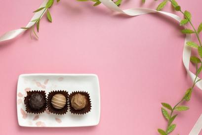 お皿に3つ並んだアソートチョコレート。