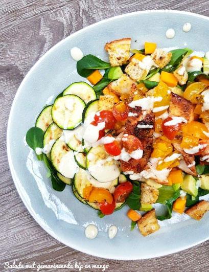 Salade met gemarineerde kip en mango