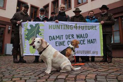 Bernhard Rückert (Leiter Forstverwaltung Lohr), Klaus Schulz (ANW Bayern), André Lamontain (Forstverwaltung Lohr), Torsten Ruf (BN), W. Kornder (ÖJV Bayern), M. Wallrapp (Juliusspital Würzburg), Berthold Wagner (BN). (Foto R. Pleier)