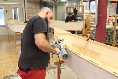 Work in Progress: Die Schüler Marcus Otto (vorne) und Sven Voutta bei Schleifarbeiten an ihren Holzkanus.