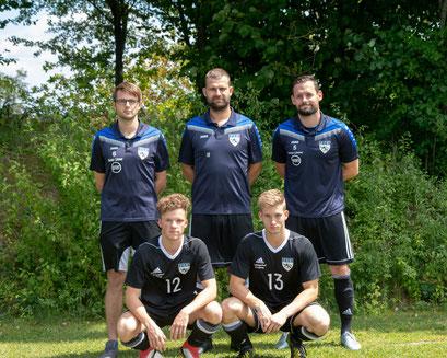 Abteilungsleiter Andreas Steer, Co-Trainer Max Müller und Trainer Tobias Rückauf (hinten) mit den Neuzugängen Raphael Most und Daniel Härtl (vorne)