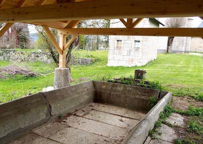 Fontaine-lavoir du château de Champdor avec le jardin en contrebas