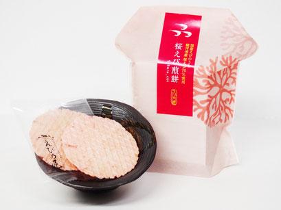 静岡県駿河湾産の桜えびを使用したえび煎餅です。極薄焼きで硬くないお煎餅は、おじいちゃんおばあちゃんへのプレゼントに最適。えびの甘味を感じさせる一品になっています。